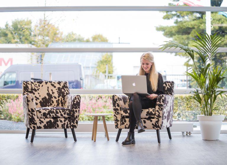 Vrouw op stoel met laptop