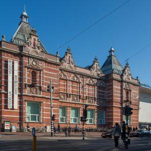 gebouw met keramische elementen